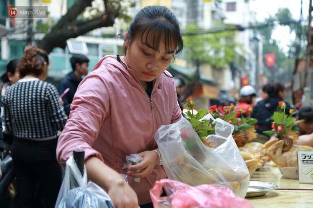 """Gà cánh tiên """"hút khách"""" trong phiên chợ Rằm cuối năm giữa phố Hà Nội: Chủ quán luộc gà gấp rút, shipper giao mỏi chân không kịp - Ảnh 8."""