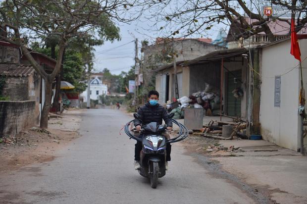 Ảnh: Phong tỏa 1 thôn ở Hải Dương, giãn cách xã hội 1 xã liên quan đến nữ công nhân dương tính Covid-19 - Ảnh 2.
