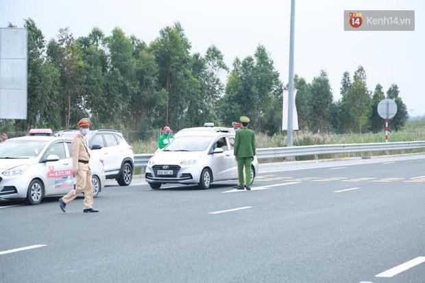 Ảnh: Người dân vạ vật trên cao tốc Hải Phòng - Quảng Ninh vì diễn biến bất ngờ của dịch COVID-19 - Ảnh 1.