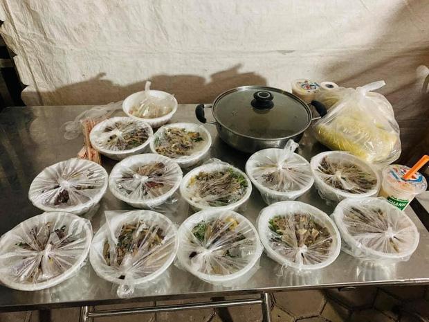 Hình ảnh tiếp tế đồ ăn thức uống trong các khu cách ly ở Hải Dương khiến ai xem xong cũng cảm thấy ấm lòng - Ảnh 3.