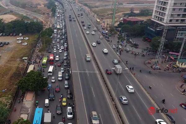 Ô tô chiếm đường, đẩy xe máy lên hè: Cao điểm phạt ô tô 3-5 triệu, tước GPLX - Ảnh 1.