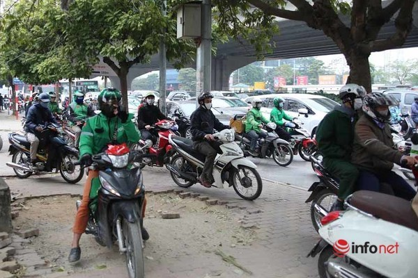 Ô tô chiếm đường, đẩy xe máy lên hè: Cao điểm phạt ô tô 3-5 triệu, tước GPLX - Ảnh 2.