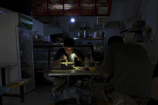 Trung Quốc thiếu điện ảnh hưởng đến từng ngõ ngách của kinh tế toàn cầu, từ bìa giấy đến iPhone - Ảnh 1.