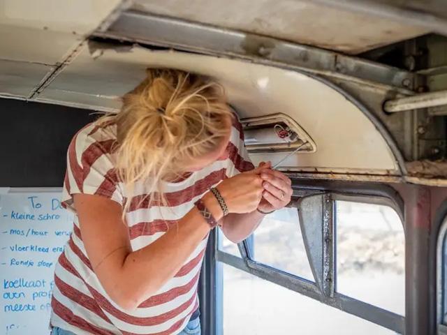 4 cô gái trẻ mua xe buýt rẻ tiền rồi biến thành mobihome sang chảnh, đem cho thuê kiếm gần nghìn đô mỗi tuần  - Ảnh 5.