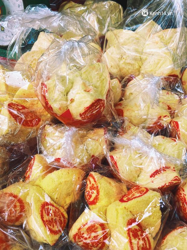 Sài Gòn 30 Tết mua sắm gì chỉ cần đi vội 2 ngôi chợ lâu đời này là đủ: Độc lạ nhất là bánh lựu cầu duyên, mua về hết ế luôn và ngay! - Ảnh 12.