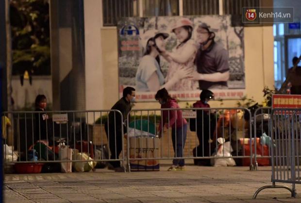 Ảnh: 15 học sinh trường Tiểu học Xuân Phương nhảy cẫng vui mừng vì được rời khu cách ly, về nhà đón Tết với gia đình - Ảnh 4.