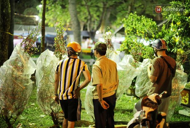 Xót xa cảnh tiểu thương căng lều bạt, vật vạ trắng đêm ở công viên canh hoa Tết: Ế ẩm nhưng cố bán hết ngày 30 để vớt vát - Ảnh 5.