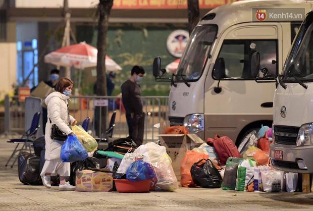 Ảnh: 15 học sinh trường Tiểu học Xuân Phương nhảy cẫng vui mừng vì được rời khu cách ly, về nhà đón Tết với gia đình - Ảnh 5.