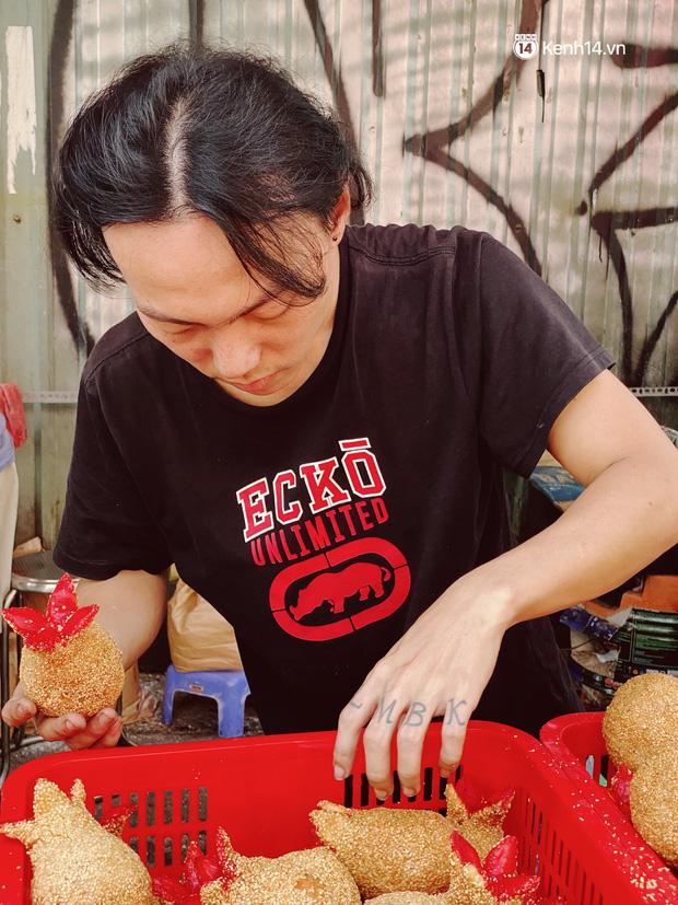 Sài Gòn 30 Tết mua sắm gì chỉ cần đi vội 2 ngôi chợ lâu đời này là đủ: Độc lạ nhất là bánh lựu cầu duyên, mua về hết ế luôn và ngay! - Ảnh 5.