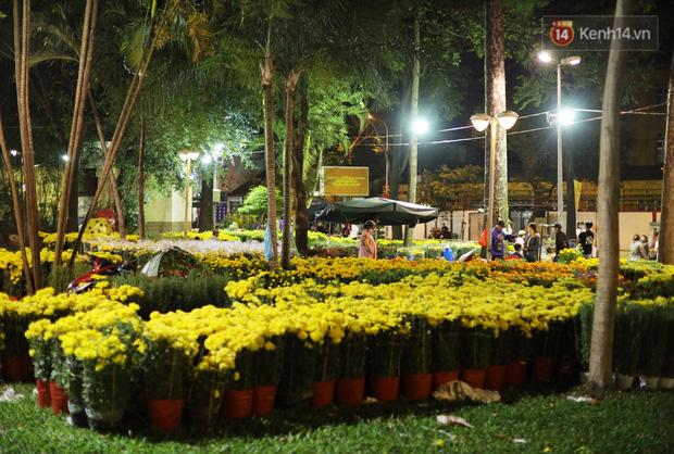 Xót xa cảnh tiểu thương căng lều bạt, vật vạ trắng đêm ở công viên canh hoa Tết: Ế ẩm nhưng cố bán hết ngày 30 để vớt vát - Ảnh 6.