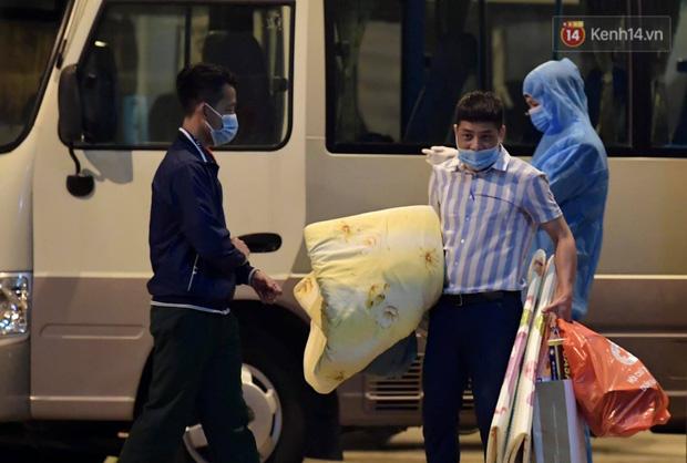 Ảnh: 15 học sinh trường Tiểu học Xuân Phương nhảy cẫng vui mừng vì được rời khu cách ly, về nhà đón Tết với gia đình - Ảnh 6.