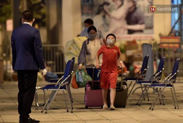 Ảnh: 15 học sinh trường Tiểu học Xuân Phương nhảy cẫng vui mừng vì được rời khu cách ly, về nhà đón Tết với gia đình - Ảnh 9.