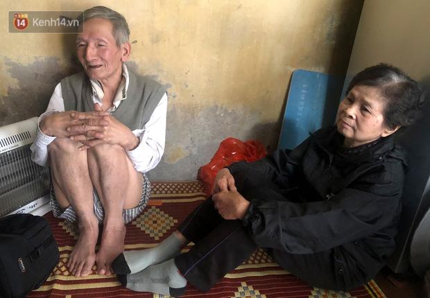 Cặp vợ chồng hơn 40 năm sống trên nóc nhà vệ sinh ở phố cổ kể về những cái Tết không bánh kẹo, họ hàng không ai đến chúc Tết - Ảnh 11.
