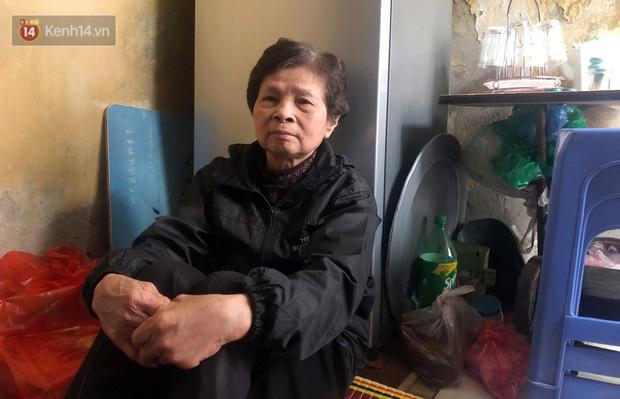 Cặp vợ chồng hơn 40 năm sống trên nóc nhà vệ sinh ở phố cổ kể về những cái Tết không bánh kẹo, họ hàng không ai đến chúc Tết - Ảnh 4.