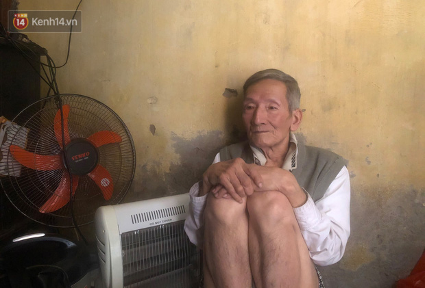 Cặp vợ chồng hơn 40 năm sống trên nóc nhà vệ sinh ở phố cổ kể về những cái Tết không bánh kẹo, họ hàng không ai đến chúc Tết - Ảnh 5.
