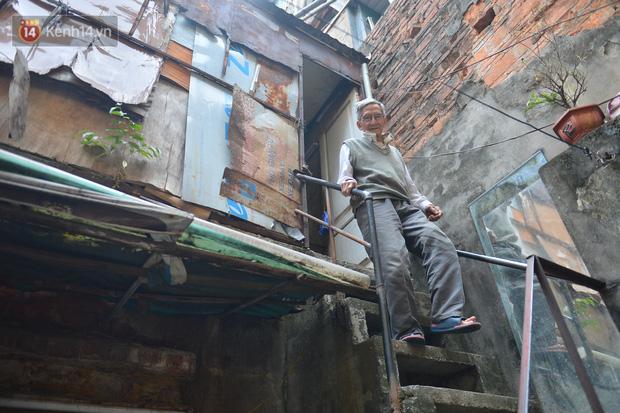 Cặp vợ chồng hơn 40 năm sống trên nóc nhà vệ sinh ở phố cổ kể về những cái Tết không bánh kẹo, họ hàng không ai đến chúc Tết - Ảnh 10.