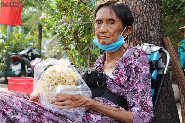 Chuyện đằng sau tấm bảng xin quý khách vui lòng nói giúp của cụ bà bệnh tật 30 năm bán chè nuôi con ở Sài Gòn - Ảnh 1.