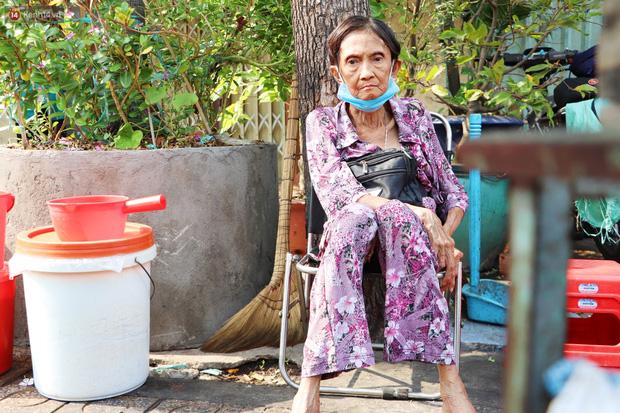 Chuyện đằng sau tấm bảng xin quý khách vui lòng nói giúp của cụ bà bệnh tật 30 năm bán chè nuôi con ở Sài Gòn - Ảnh 12.