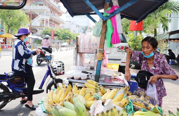 Chuyện đằng sau tấm bảng xin quý khách vui lòng nói giúp của cụ bà bệnh tật 30 năm bán chè nuôi con ở Sài Gòn - Ảnh 15.