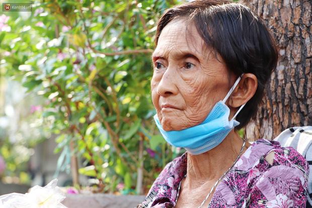 Chuyện đằng sau tấm bảng xin quý khách vui lòng nói giúp của cụ bà bệnh tật 30 năm bán chè nuôi con ở Sài Gòn - Ảnh 4.
