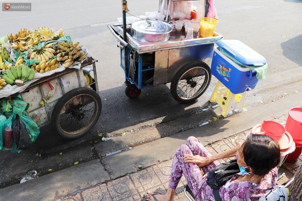 Chuyện đằng sau tấm bảng xin quý khách vui lòng nói giúp của cụ bà bệnh tật 30 năm bán chè nuôi con ở Sài Gòn - Ảnh 9.