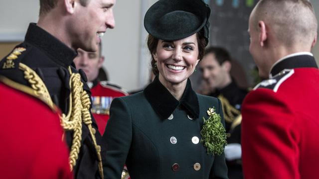 10 năm làm dâu Hoàng gia, Kate Middleton tiêu tốn 3 tỷ đồng cho BST áo choàng: Từ đồ tái chế đến có giá trên trời đều toát lên phong thái không chê được - Ảnh 8.