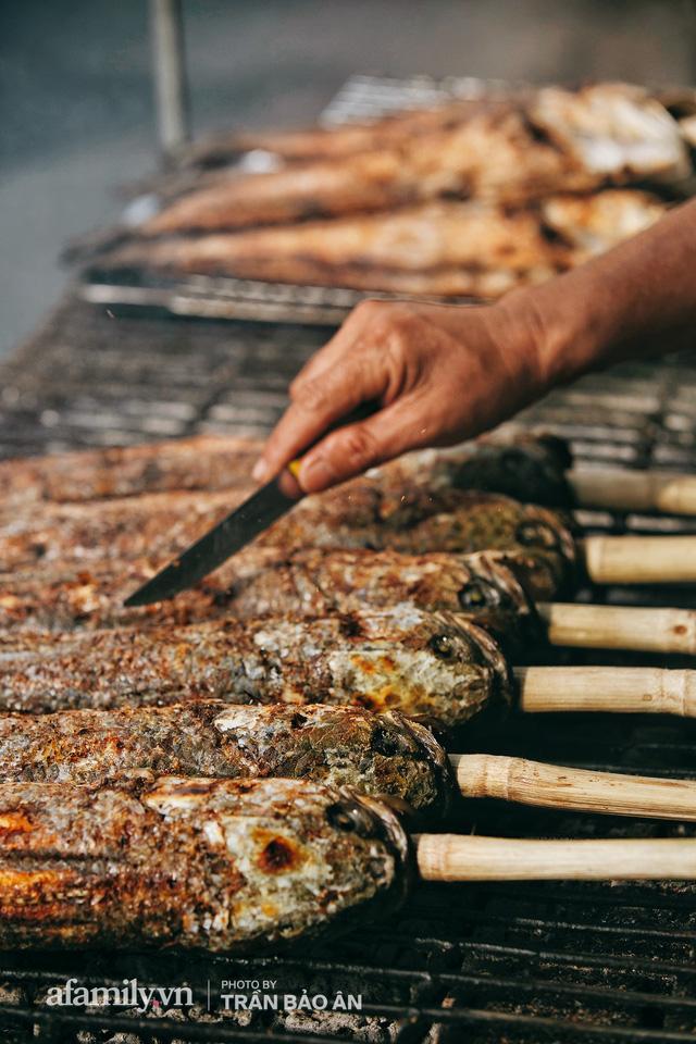 Đến tiệm bán mỗi ngày hơn 2.500 con cá lóc nướng mía, để biết món ăn này có gì đặc biệt mà người Sài Gòn năm nào cũng xếp hàng mang về cúng ông Táo!? - Ảnh 15.
