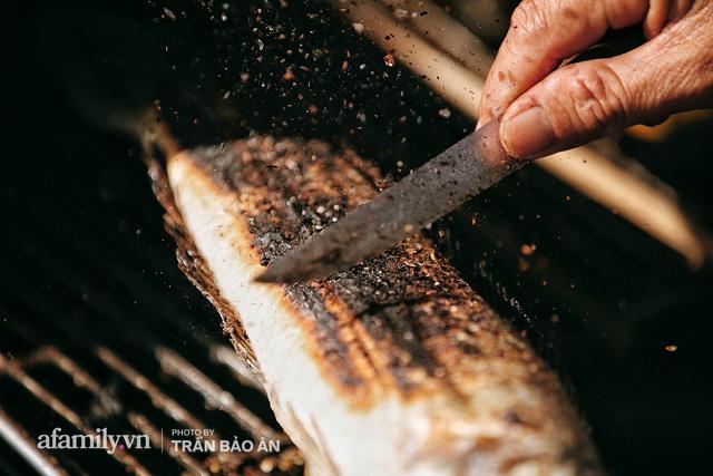 Đến tiệm bán mỗi ngày hơn 2.500 con cá lóc nướng mía, để biết món ăn này có gì đặc biệt mà người Sài Gòn năm nào cũng xếp hàng mang về cúng ông Táo!? - Ảnh 16.