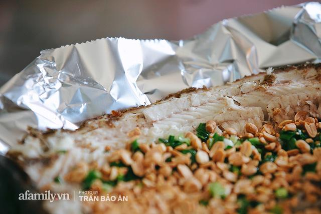 Đến tiệm bán mỗi ngày hơn 2.500 con cá lóc nướng mía, để biết món ăn này có gì đặc biệt mà người Sài Gòn năm nào cũng xếp hàng mang về cúng ông Táo!? - Ảnh 19.