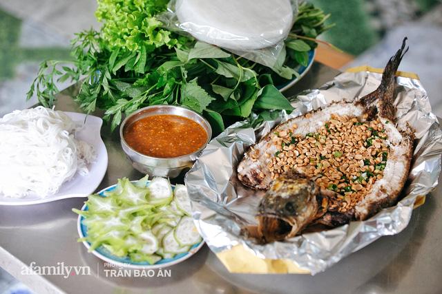 Đến tiệm bán mỗi ngày hơn 2.500 con cá lóc nướng mía, để biết món ăn này có gì đặc biệt mà người Sài Gòn năm nào cũng xếp hàng mang về cúng ông Táo!? - Ảnh 20.