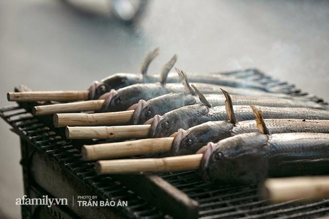 Đến tiệm bán mỗi ngày hơn 2.500 con cá lóc nướng mía, để biết món ăn này có gì đặc biệt mà người Sài Gòn năm nào cũng xếp hàng mang về cúng ông Táo!? - Ảnh 4.