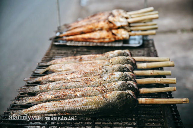Đến tiệm bán mỗi ngày hơn 2.500 con cá lóc nướng mía, để biết món ăn này có gì đặc biệt mà người Sài Gòn năm nào cũng xếp hàng mang về cúng ông Táo!? - Ảnh 5.