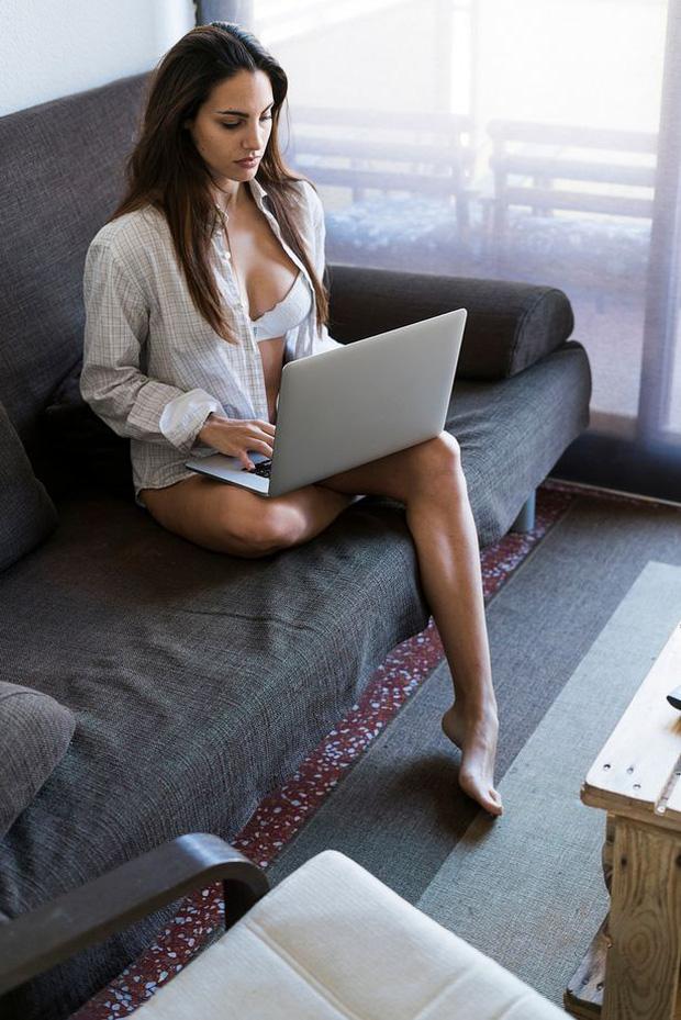 Cam girl: Những cô gái uốn éo chat sex trước webcam, thu nhập khủng nhưng ẩn chứa mảng tối đáng sợ, thậm chí từng gây chết người - Ảnh 6.