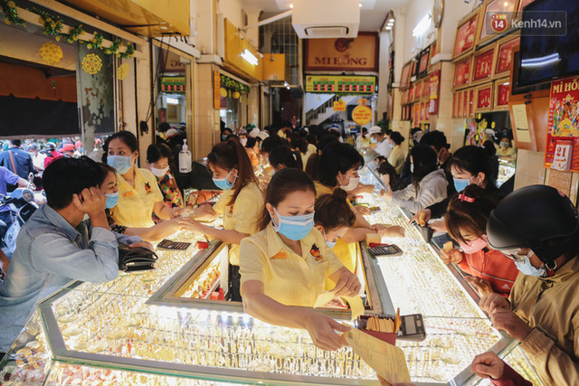 Người Sài Gòn ùn ùn đi mua vàng ngày vía Thần tài, có người mua cả 2 cây vàng lấy may mắn  - Ảnh 2.