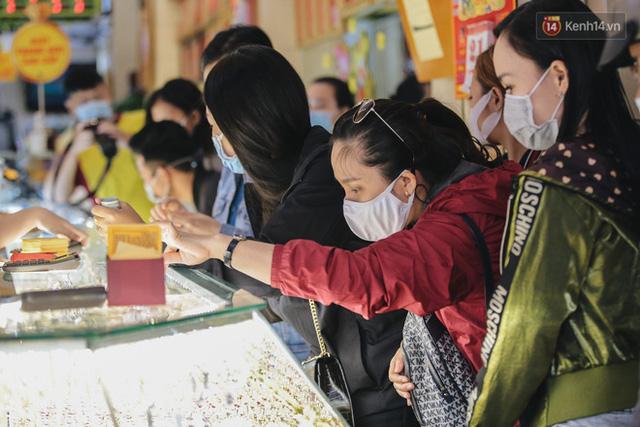 Người Sài Gòn ùn ùn đi mua vàng ngày vía Thần tài, có người mua cả 2 cây vàng lấy may mắn  - Ảnh 3.