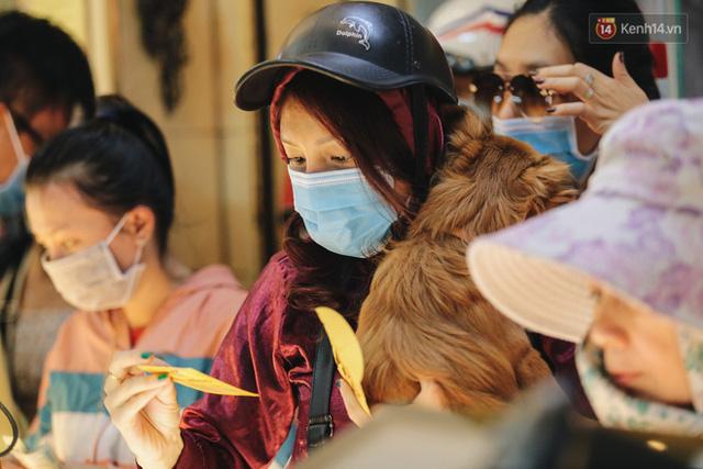 Người Sài Gòn ùn ùn đi mua vàng ngày vía Thần tài, có người mua cả 2 cây vàng lấy may mắn  - Ảnh 5.