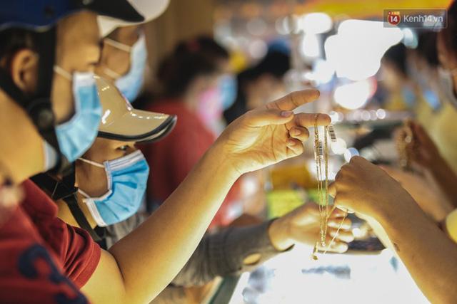Người Sài Gòn ùn ùn đi mua vàng ngày vía Thần tài, có người mua cả 2 cây vàng lấy may mắn  - Ảnh 9.