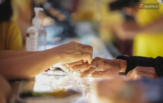 Người Sài Gòn ùn ùn đi mua vàng ngày vía Thần tài, có người mua cả 2 cây vàng lấy may mắn  - Ảnh 10.