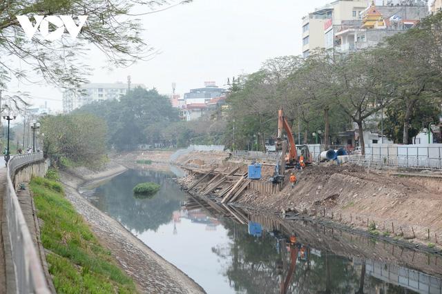 Cận cảnh lắp đặt hệ thống cống thu gom nước thải dọc sông Tô Lịch  - Ảnh 1.