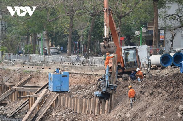 Cận cảnh lắp đặt hệ thống cống thu gom nước thải dọc sông Tô Lịch  - Ảnh 2.