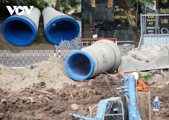 Cận cảnh lắp đặt hệ thống cống thu gom nước thải dọc sông Tô Lịch  - Ảnh 11.