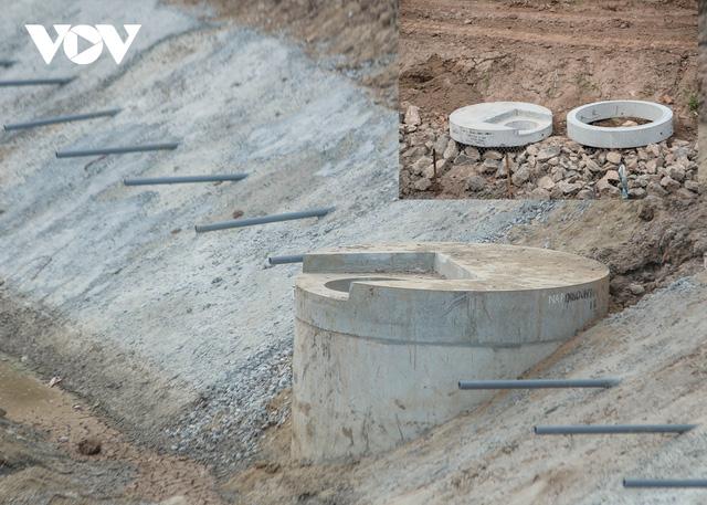Cận cảnh lắp đặt hệ thống cống thu gom nước thải dọc sông Tô Lịch  - Ảnh 12.