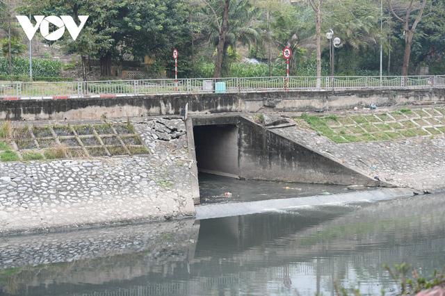 Cận cảnh lắp đặt hệ thống cống thu gom nước thải dọc sông Tô Lịch  - Ảnh 14.