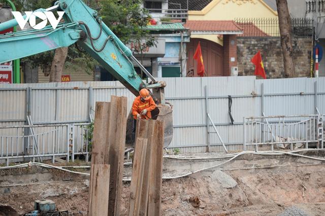 Cận cảnh lắp đặt hệ thống cống thu gom nước thải dọc sông Tô Lịch  - Ảnh 3.