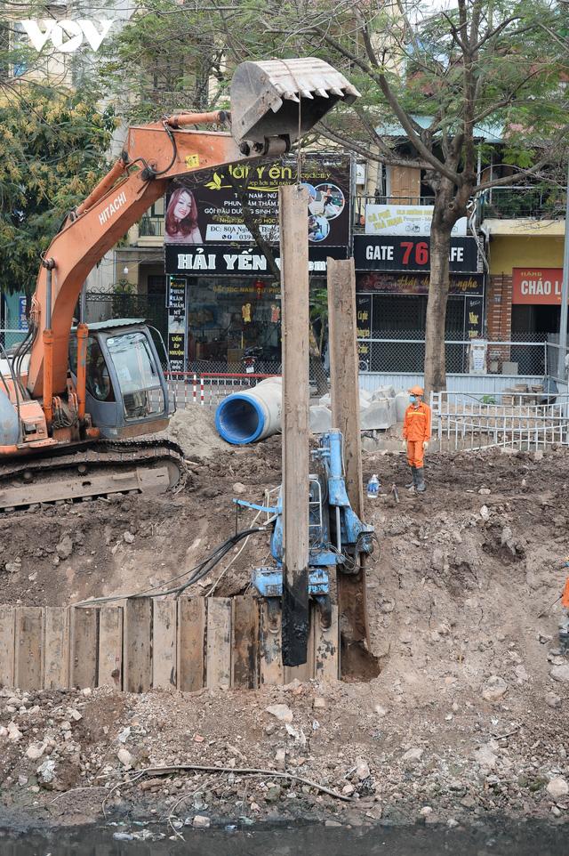 Cận cảnh lắp đặt hệ thống cống thu gom nước thải dọc sông Tô Lịch  - Ảnh 4.