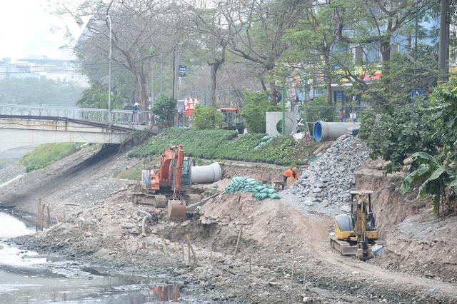 Cận cảnh lắp đặt hệ thống cống thu gom nước thải dọc sông Tô Lịch  - Ảnh 5.