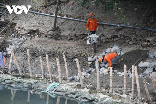 Cận cảnh lắp đặt hệ thống cống thu gom nước thải dọc sông Tô Lịch  - Ảnh 6.