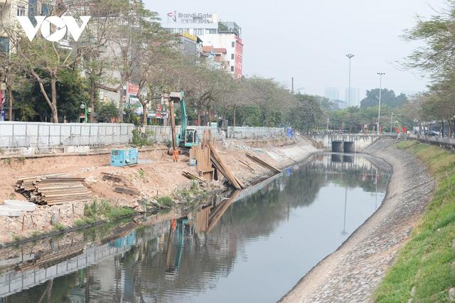 Cận cảnh lắp đặt hệ thống cống thu gom nước thải dọc sông Tô Lịch  - Ảnh 7.