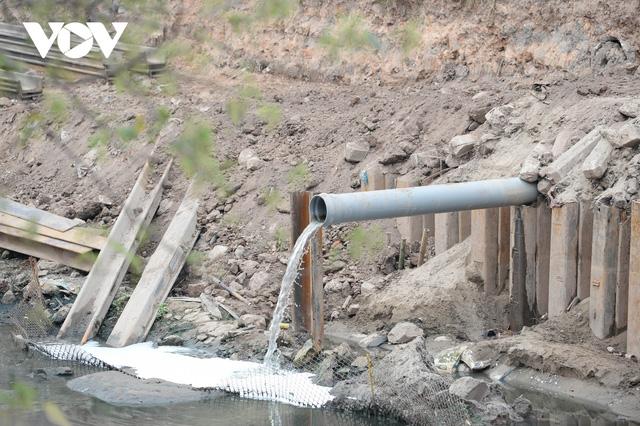 Cận cảnh lắp đặt hệ thống cống thu gom nước thải dọc sông Tô Lịch  - Ảnh 8.