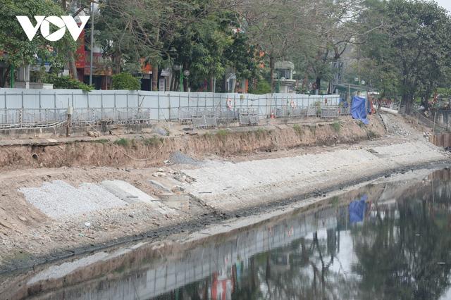 Cận cảnh lắp đặt hệ thống cống thu gom nước thải dọc sông Tô Lịch  - Ảnh 9.